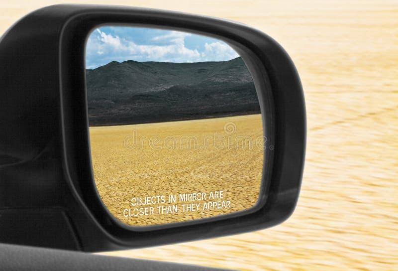 在镜子的对象比他们出现沙漠接近 免版税库存照片