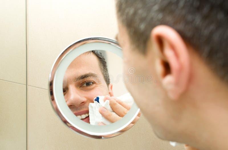在镜子的男性面孔 库存图片