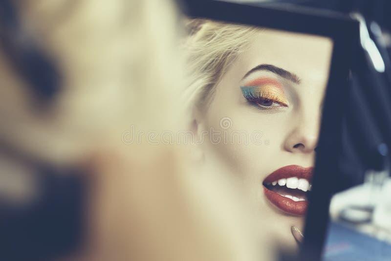 在镜子的美丽的面孔 库存照片