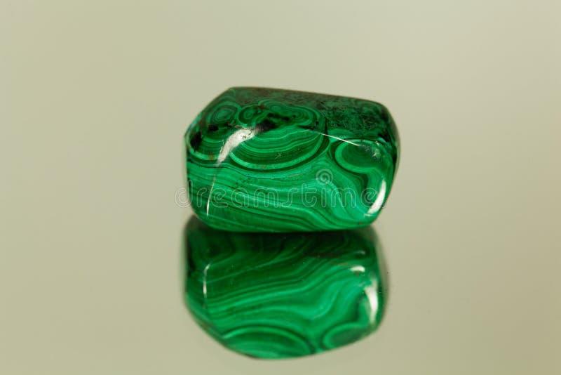 在镜子的翻滚的绿沸铜 免版税库存图片