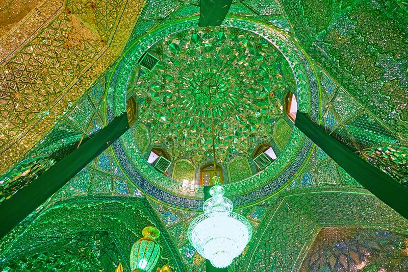 在镜子Imamzadeh阿里Ibn哈姆扎圣洁Shrin霍尔的圆屋顶  库存图片