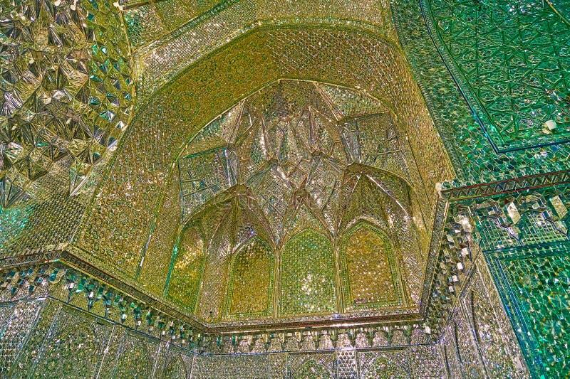 在镜子Imamzadeh阿里Ibn圣洁的哈姆扎霍尔的被雕刻的适当位置  库存图片