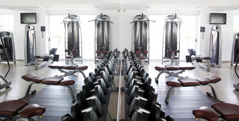 在镜象反射的健身房设备 免版税图库摄影