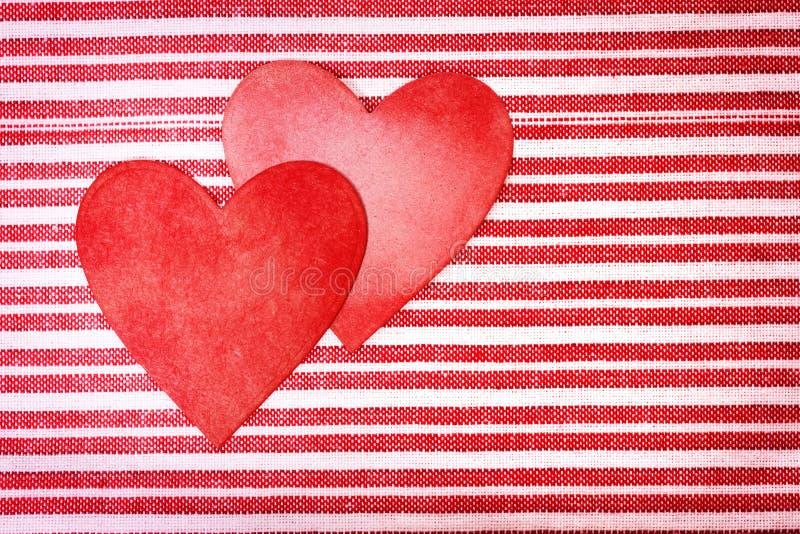 在镶边背景的两被手工造的纸心脏 免版税库存照片