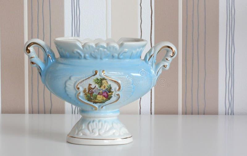 在镶边背景的瓷花瓶 免版税库存照片