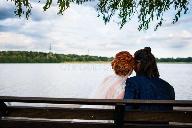 在长凳的夫妇 库存照片