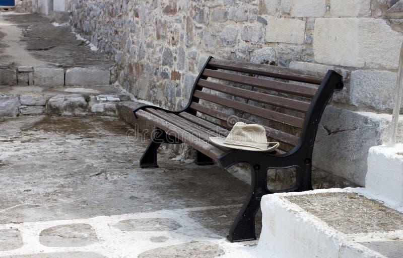 在长凳的帽子 免版税库存照片