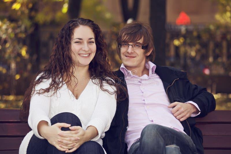 在长凳的正面夫妇 免版税库存图片