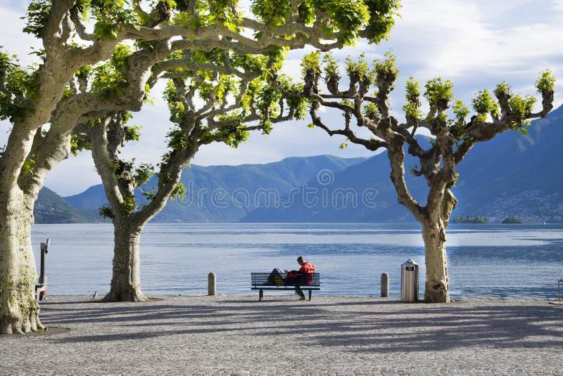 在长凳的浪漫夫妇, Ascona,提契诺州,瑞士 免版税库存照片
