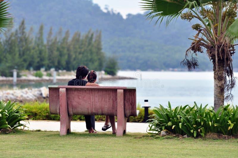在长凳的爱恋的夫妇 免版税库存照片