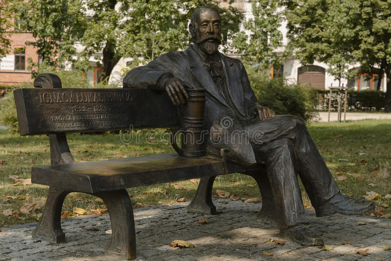 在长凳纪念碑的Ignacy Lukasiewicz 免版税库存图片