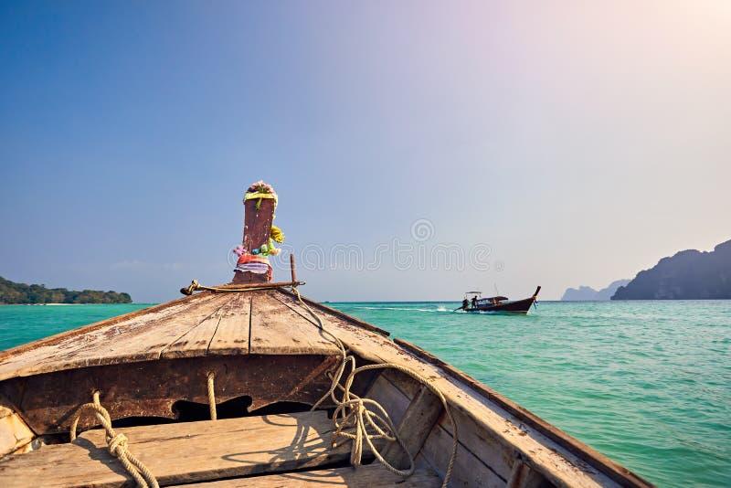 在长尾巴小船的巡航在泰国 库存照片