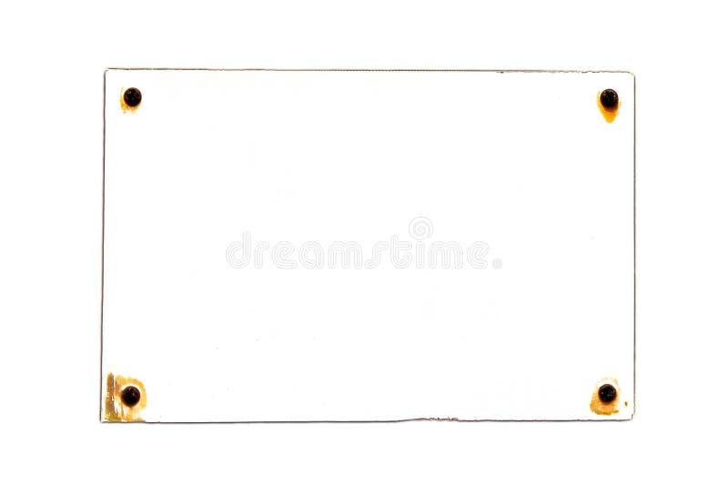 在长方形形状的空的生锈和脏的白色葡萄酒标志板被风化在元素下和固定与生锈的钉子 库存图片