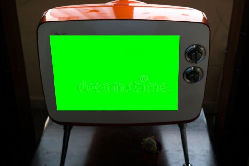 在长方形白色葡萄酒电视的绿色屏幕-大模型 图库摄影