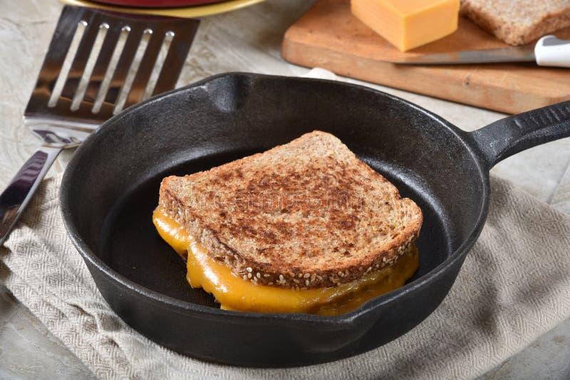 在长柄浅锅的烤乳酪三明治 免版税库存照片