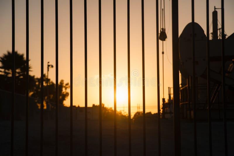 在长滩,加利福尼亚天空的日落  加利福尼亚是否认识与好位于夏时的美国,相互 库存照片