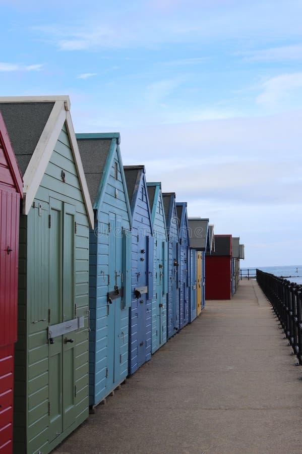 在长的五颜六色的行的海滩小屋 图库摄影