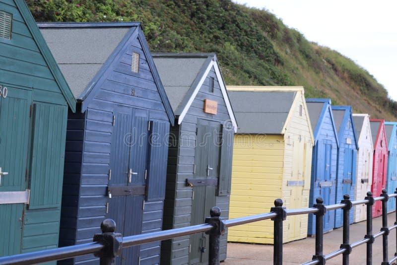 在长的五颜六色的行的海滩小屋 库存照片
