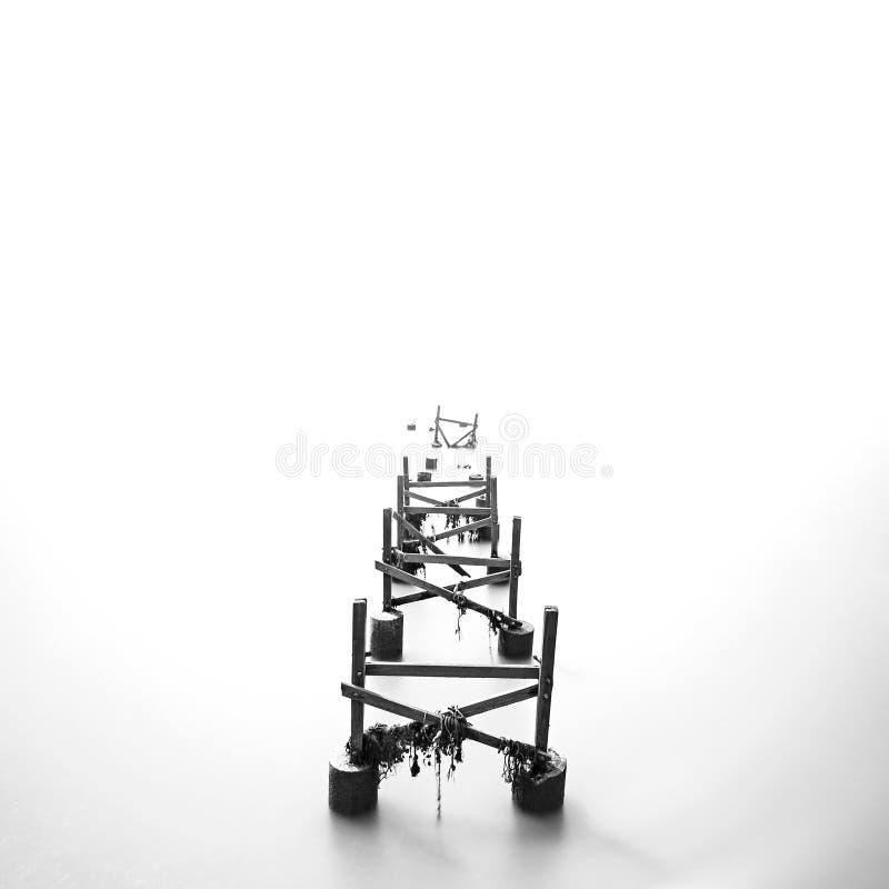 在长的曝光黑色&白色的残破的跳船 库存照片
