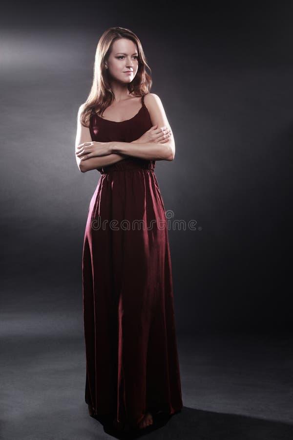 在长的礼服端庄的妇女的时装模特儿 免版税库存照片