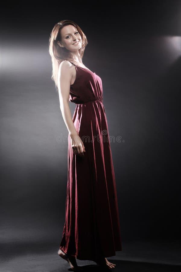 在长的礼服端庄的妇女的时装模特儿 库存照片