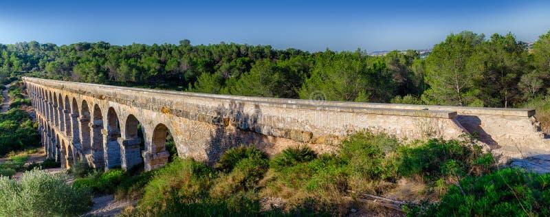 在长的罗马渡槽的全景在塔拉贡纳,西班牙附近 免版税库存图片