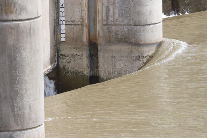 在长角牛水坝的冲的水 免版税库存照片