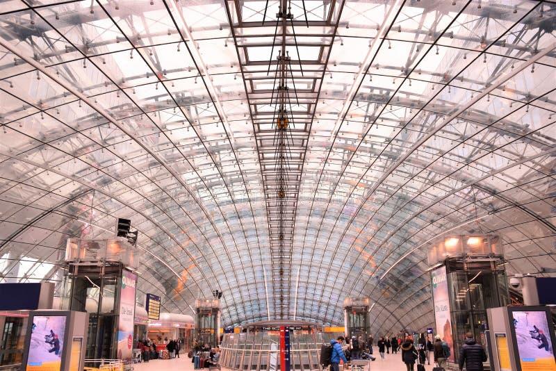 在长途火车站的法兰克福国际机场圆顶 免版税库存图片