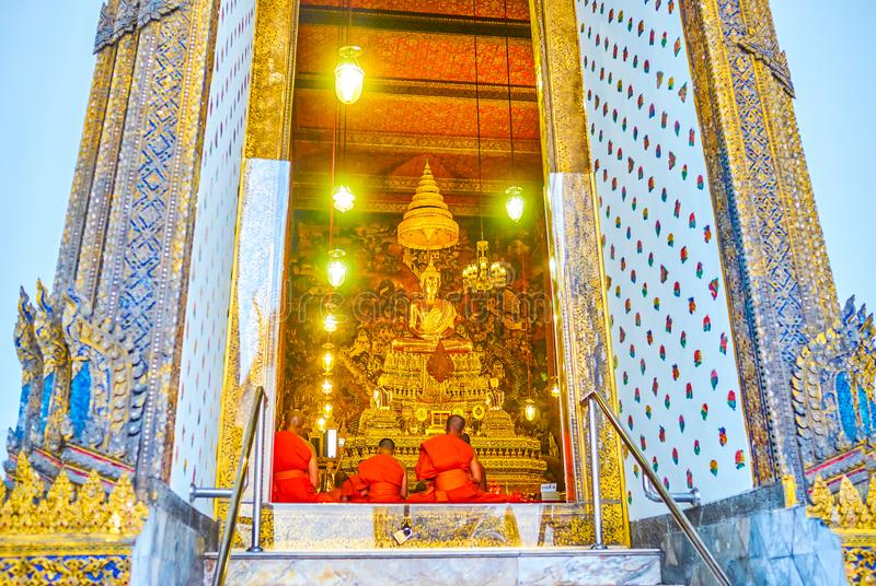 在门中的看法在Phra Ubosot寺庙,Wat pho复合体在曼谷,泰国 免版税库存图片