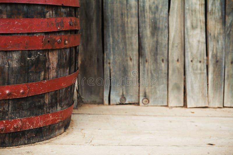 在门廊的老桶 免版税库存图片