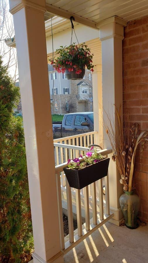在门廊的花在米尔顿,加拿大 免版税库存照片