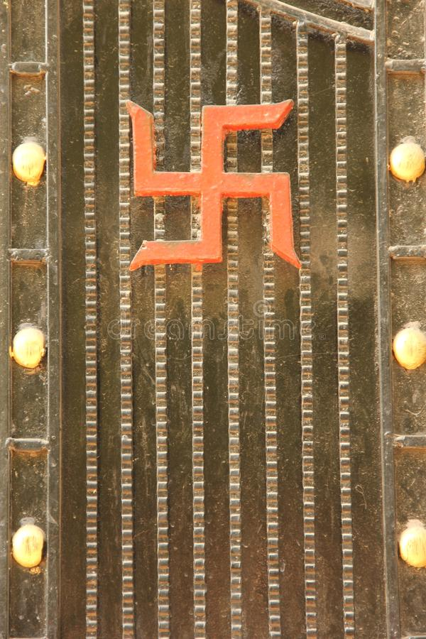 在门的一个吉利十字记号标志 免版税库存图片