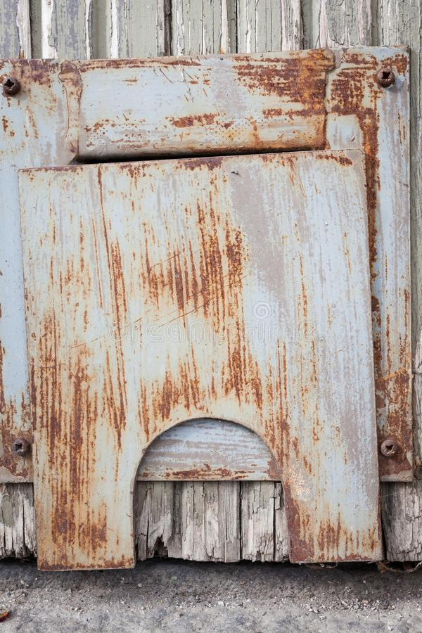 在门的小生锈的舱口盖 免版税图库摄影