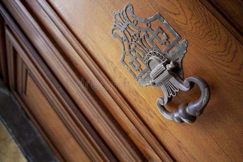 在门的敲门人 免版税库存照片
