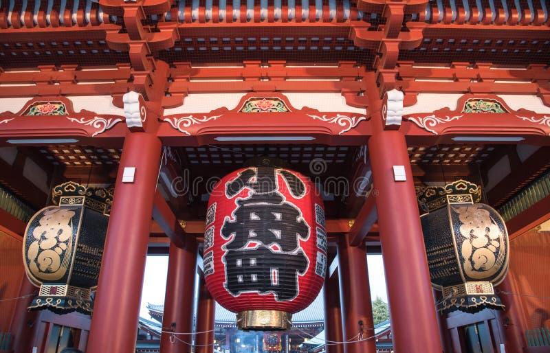 在门的日本灯对浅草寺庙在东京,日本 库存图片