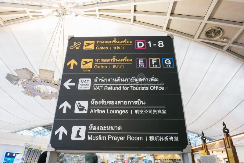 在门的机场标志有乘客的 免版税库存照片