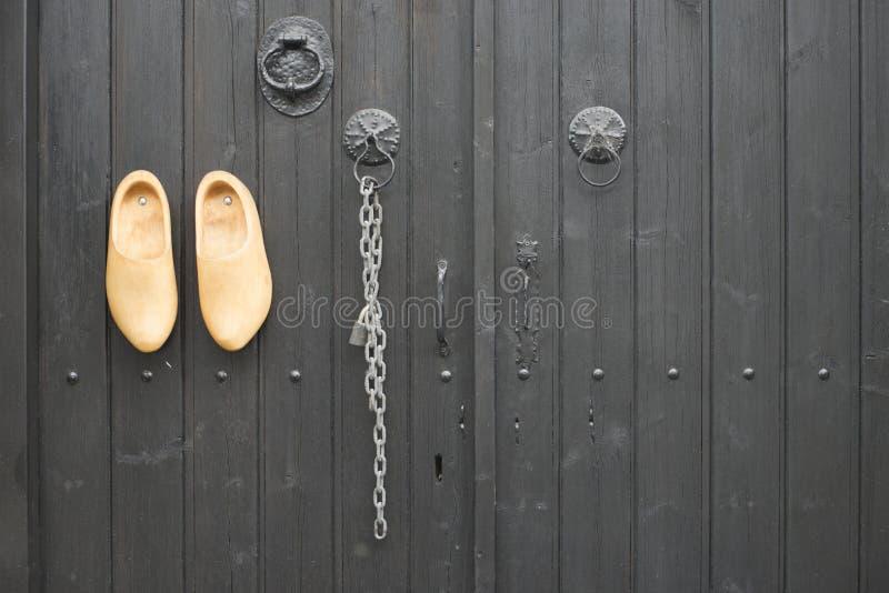 在门的荷兰木障碍物 图库摄影
