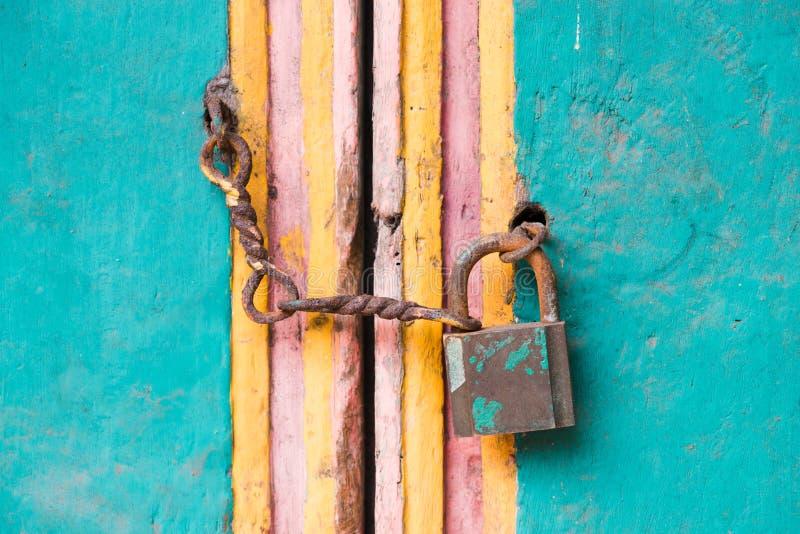 在门的葡萄酒锁定和链子 库存照片