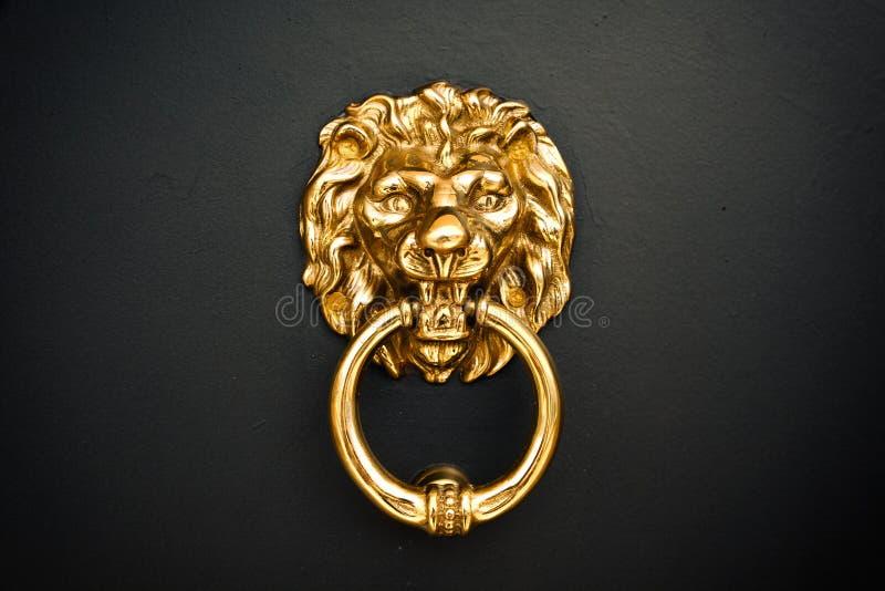 在门的金黄狮子 免版税图库摄影