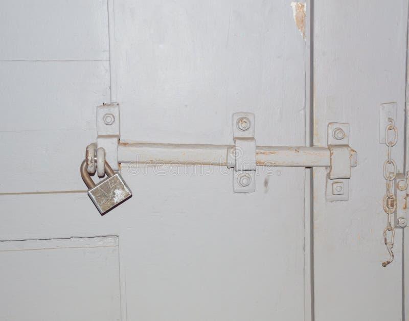 在门的门的锁门窗等之搭扣 免版税库存照片