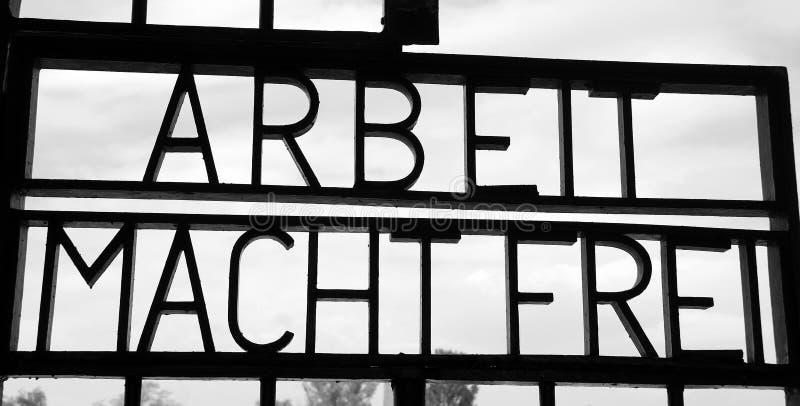 在门的题字对前纳粹集中营 免版税库存图片