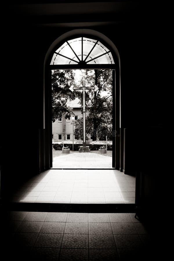 在门道入口的十字架 免版税库存照片
