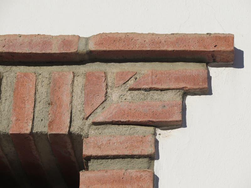 在门道入口的土气砖角落 免版税库存图片