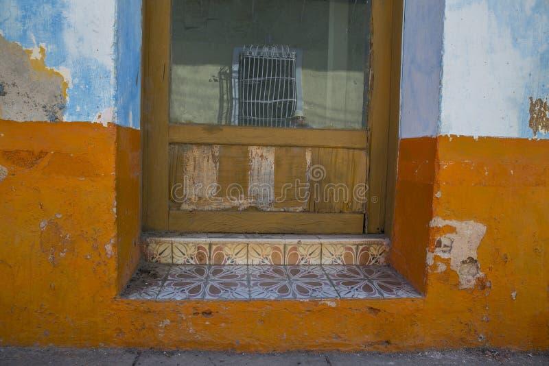 在门道入口的蓝色便餐 库存图片