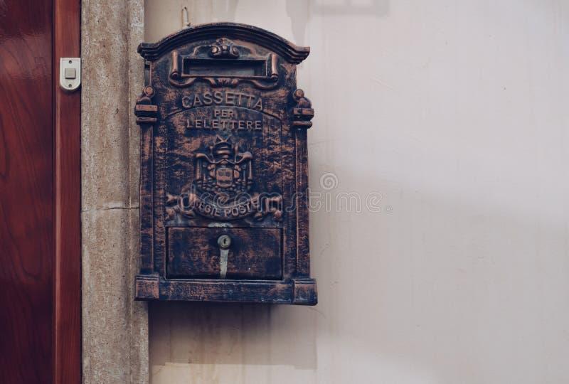 在门附近的古色古香的看的邮箱 库存照片