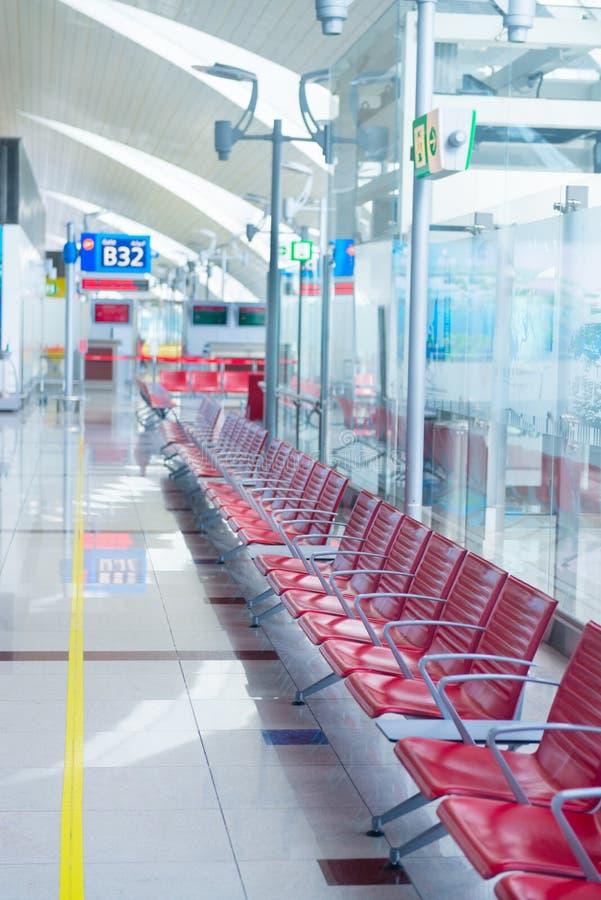 在门附近的离开等候室在机场 库存照片