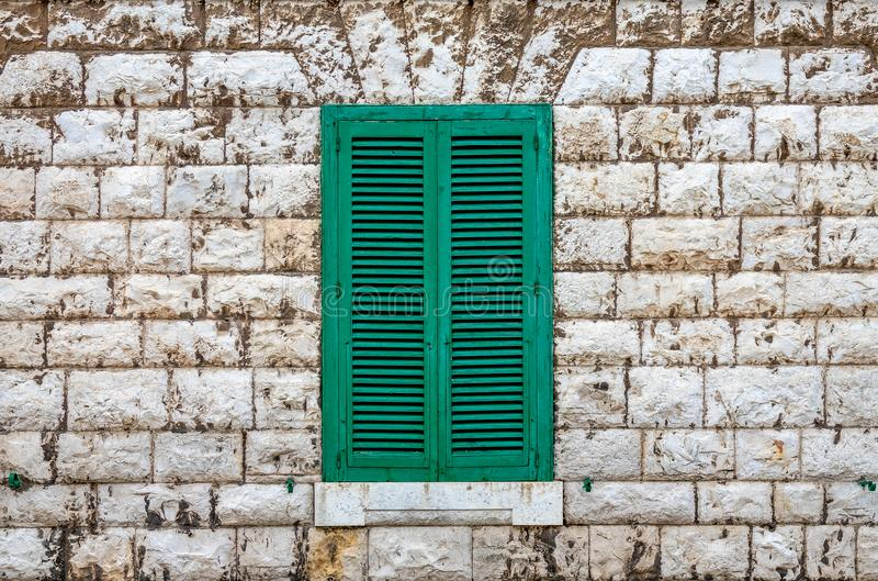 在门面的绿色快门 库存图片
