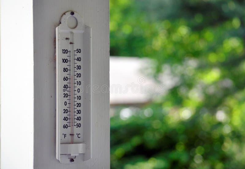 在门廊栏杆的室外温度计 图库摄影