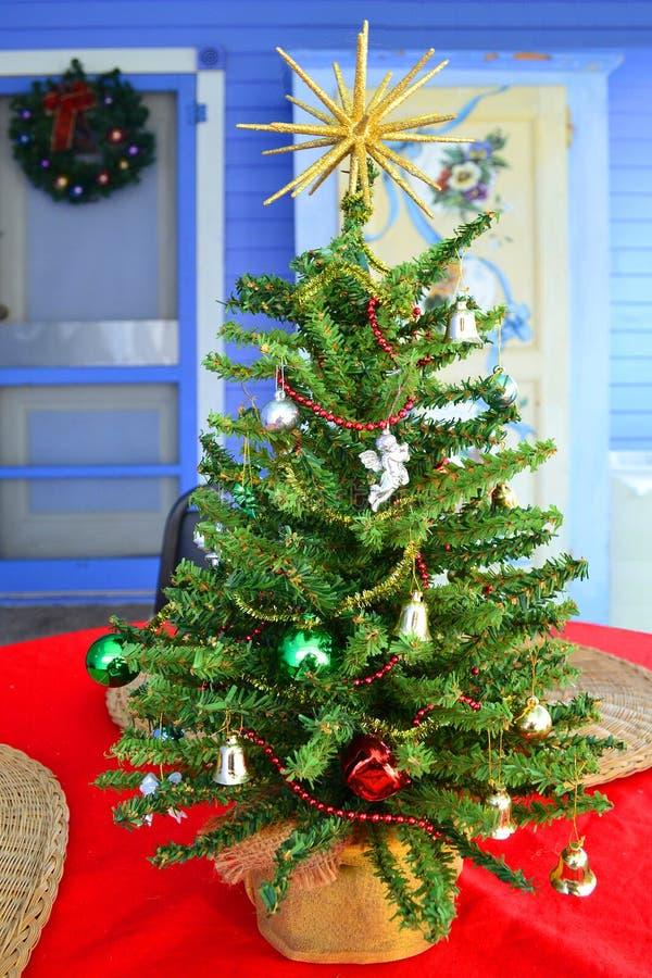 在门廊的桌面圣诞树 免版税库存照片
