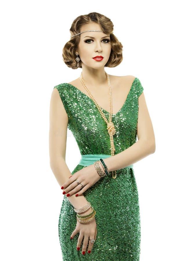在闪闪发光典雅的衣服饰物之小金属片礼服的妇女减速火箭的时尚画象 免版税库存照片